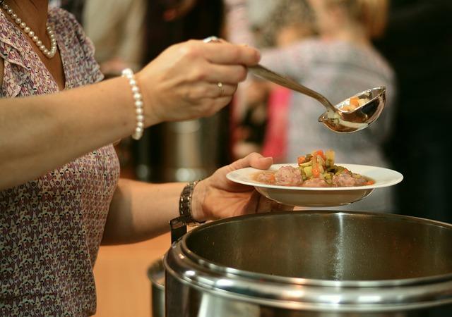 nalévání polévky