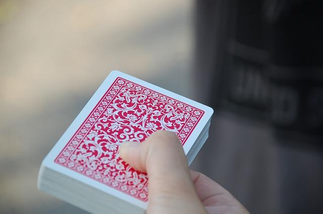 ruka držící balíček karet