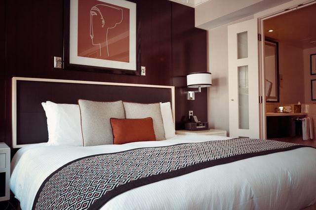 ložnice, hnědá zeď