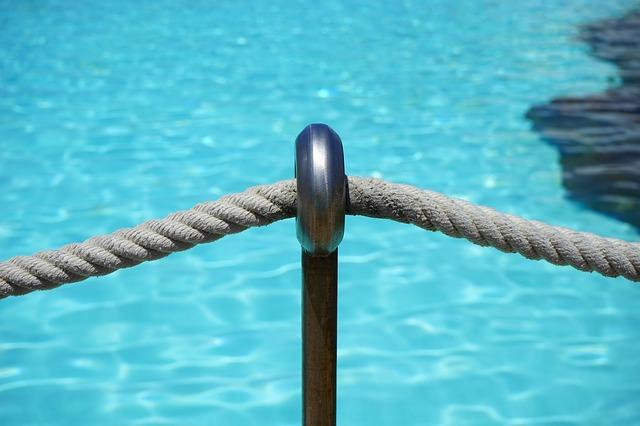 zábrana před bazénem